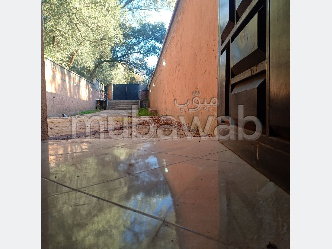 Très belle maison en vente à Route de l'Ourika. Surface de 300 m². Porte blindée et parabole.