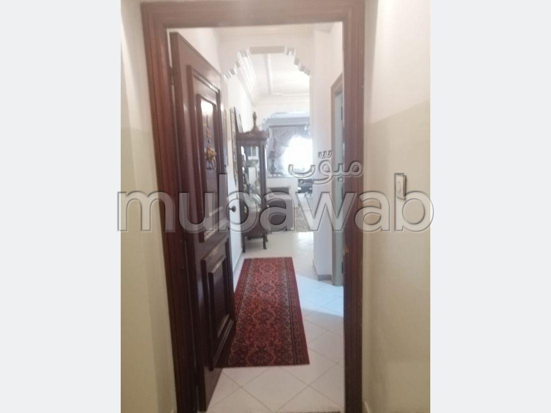 شقة للشراء ب عين الحياني. المساحة الإجمالية 99 م². صالة مغربية وصحن فضائي.