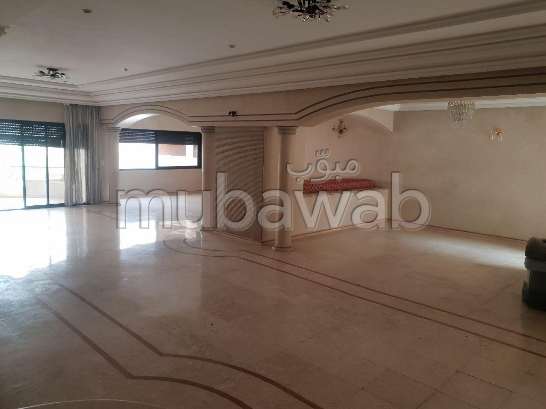 Bonito piso en venta en Nouvelle Ville. 4 dormitorios. Puerta pesada, salón tradicional.