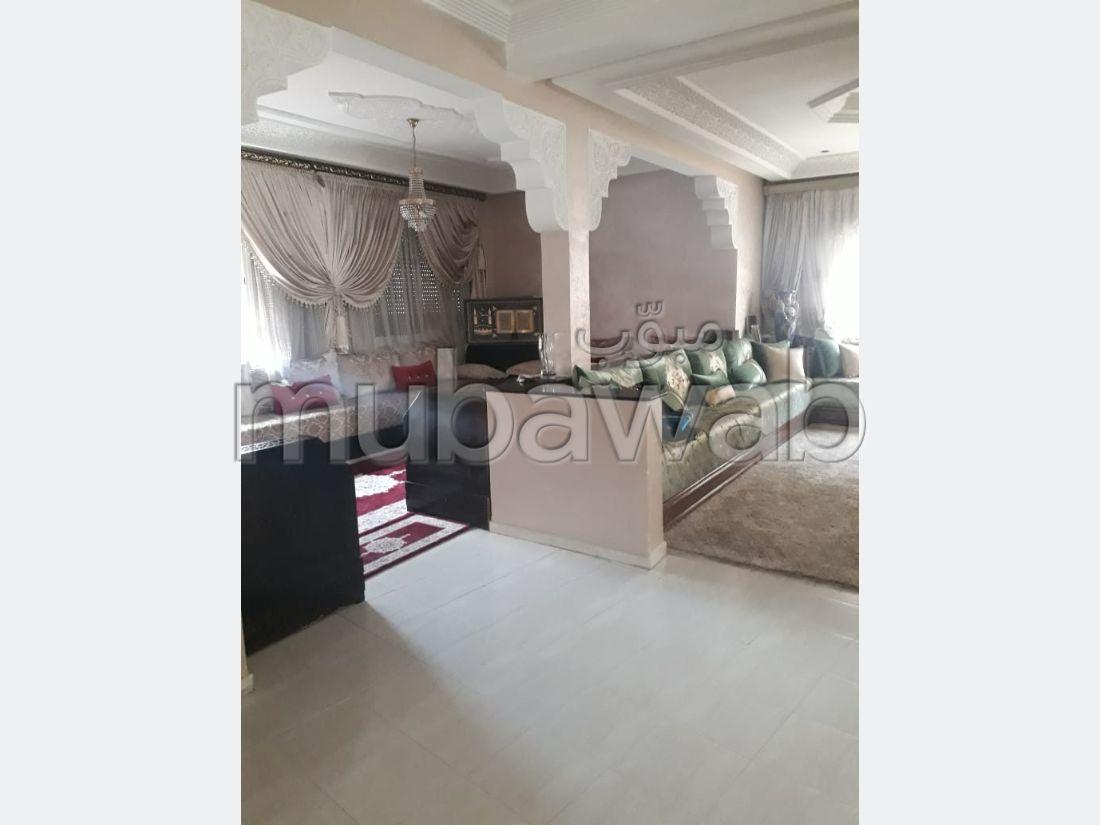 Piso en venta en Maghrib Arabi. 12 habitaciones confortables. Salón marroquí y antena parabólica.