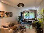 شقة للبيع بدار بوعزة. 2 غرف ممتازة. مكيف للهواء وحوض للسباحة.