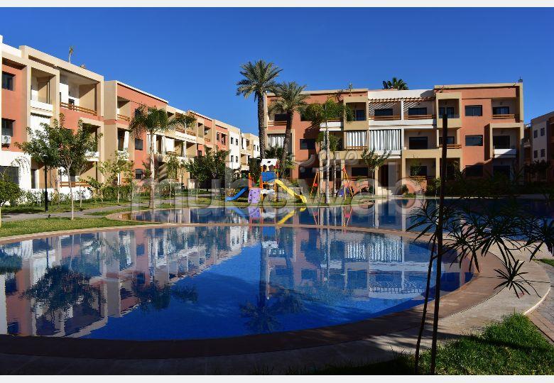 شقة رائعة للبيع بطريق أكادير الصويرة. المساحة الكلية 95 م². مكان وقوف السيارات وشرفة.