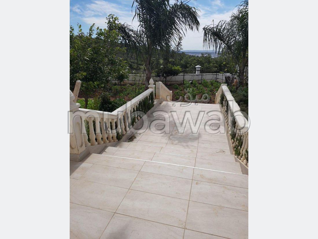 Maison de haut standing à vendre à Tanger. 1 belle chambre. Places de stationnement et terrasse