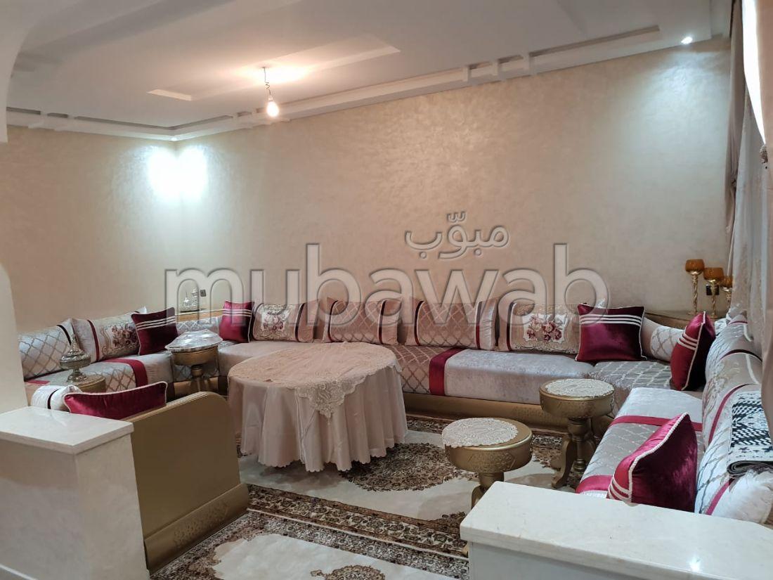 Vend appartement à El Jadida. Rez de chaussée de villa duplex, 4 chambres agréables. Salon traditionnel et système d'antenne parabolique