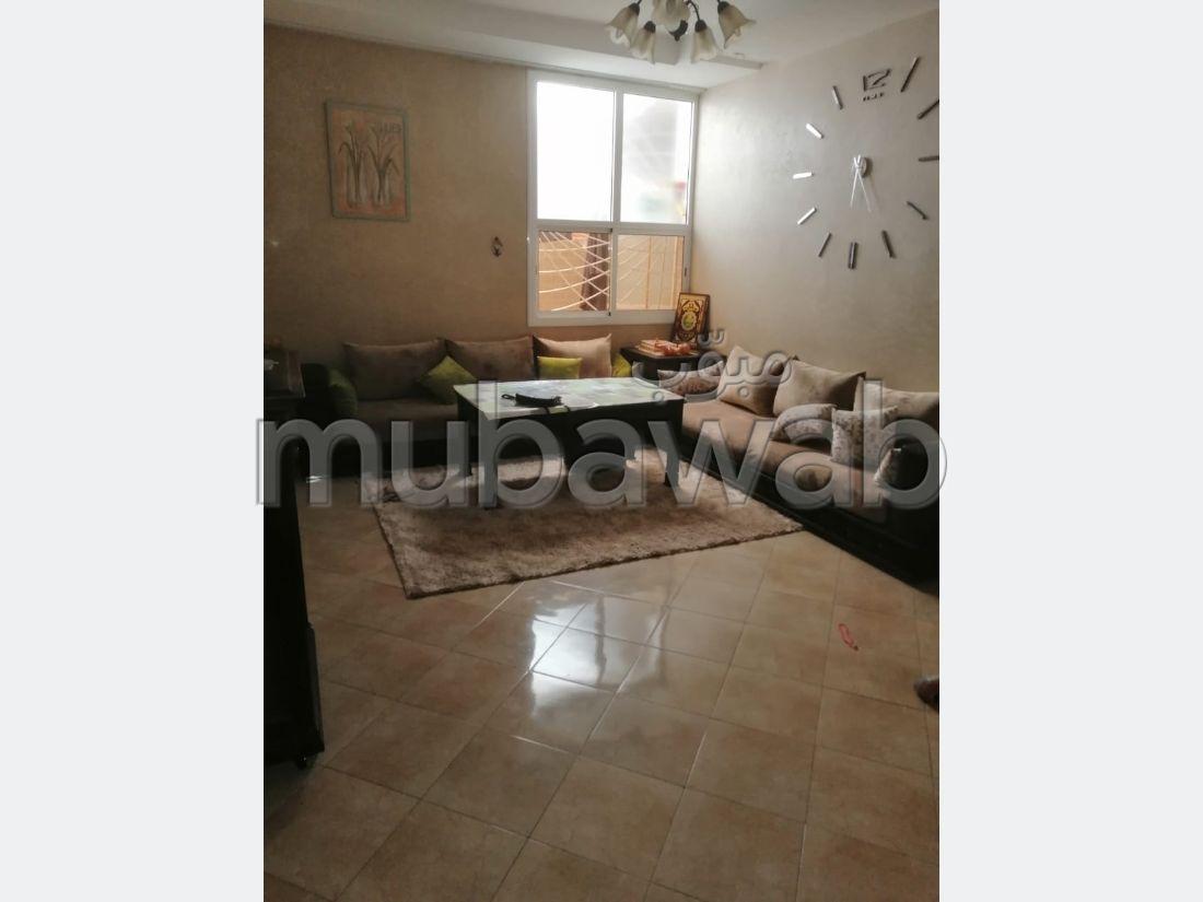 Bel appartement à vendre à Agadir. 5 grandes pièces. Salon traditionnel, antenne parabolique générale
