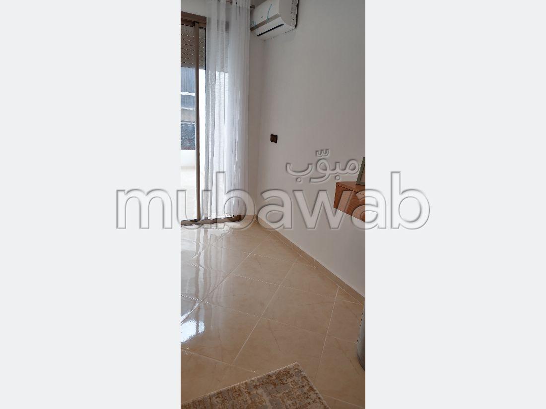 شقة رائعة للبيع بوسط المدينة. المساحة الإجمالية 66 م². خدمات الكونسياج ، و تكييف الهواء.