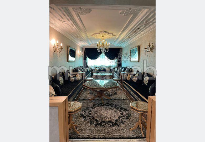 شقة للبيع ب الحي الإداري. 3 غرف جميلة. صالة مغربية تقليدية وباب متين.