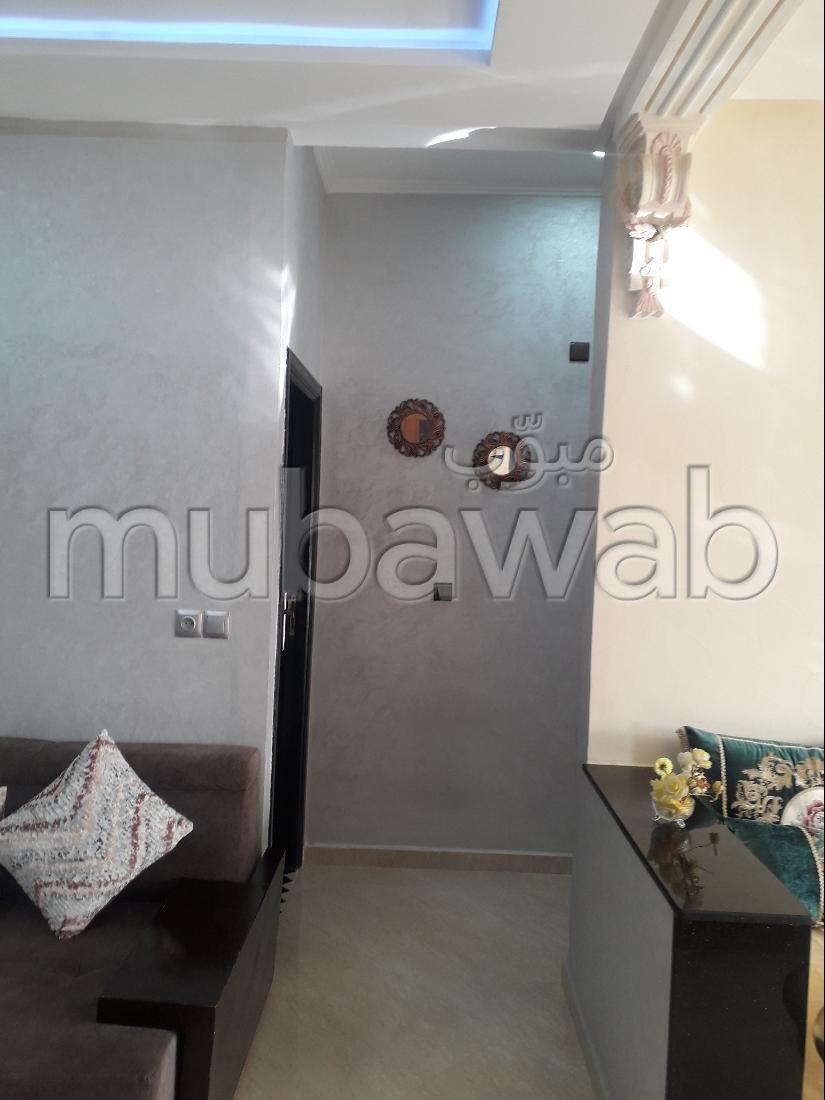 Se vende piso en Ain Amiyer. 1 dormitorio. Servicio de conserjería y aire condicionado.