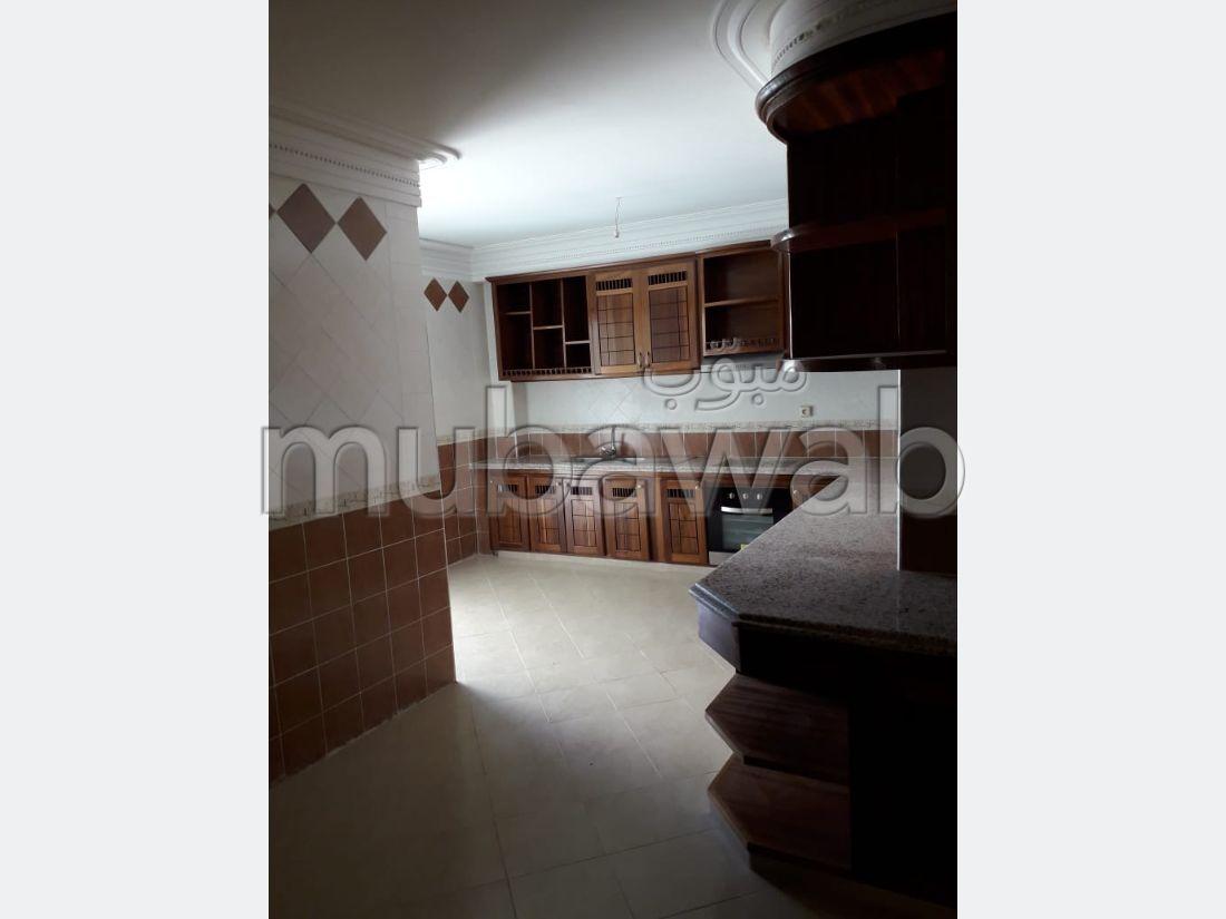 شقة جميلة للبيع بوسط المدينة. 3 غرف. مع مصعد وشرفة.