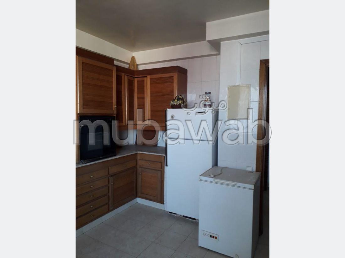 Se vende piso en Centre. 5 Dormitorios. Estacionamiento privado.