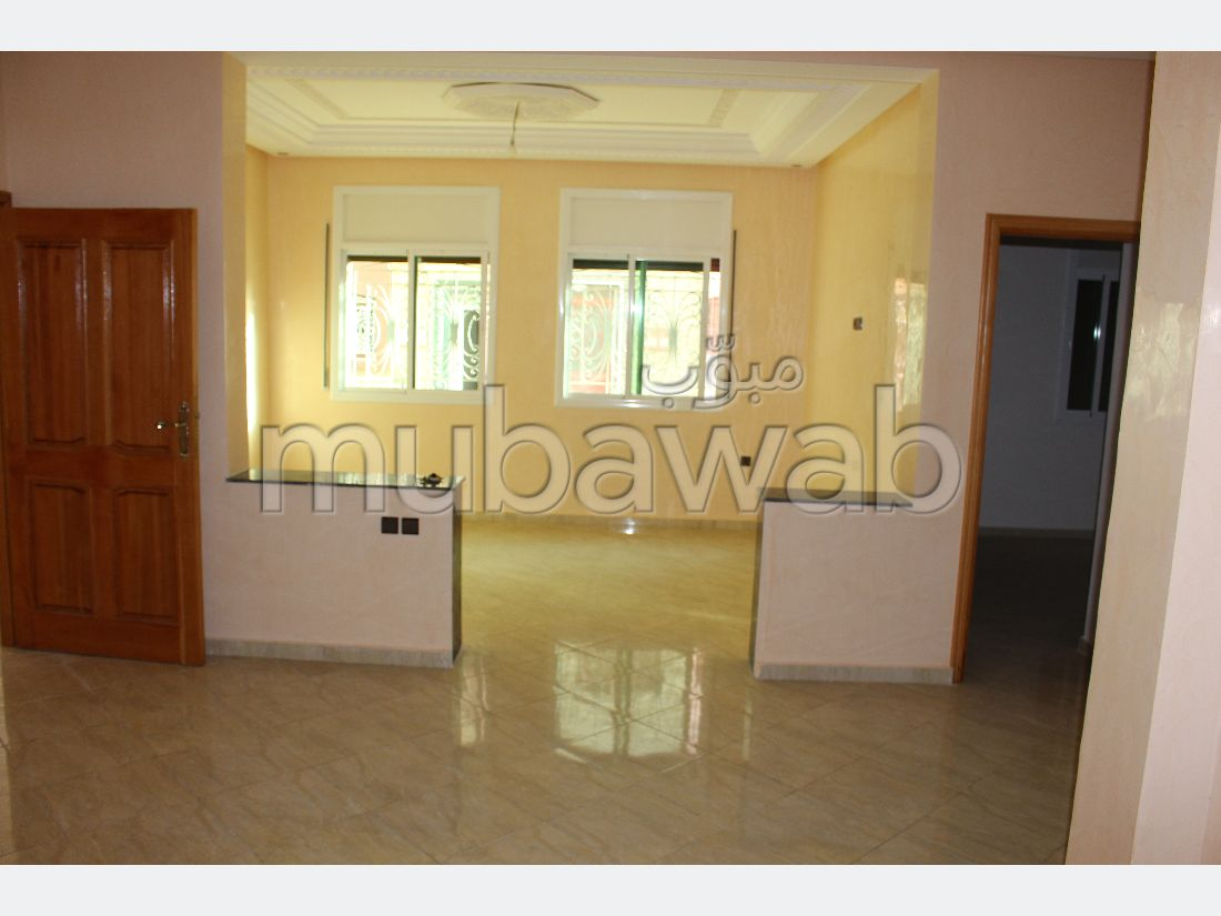 شقة رائعة للبيع ب بئر الرامي الغربية. 2 غرف. صالة تقليدية ونظام طبق الأقمار الصناعية.