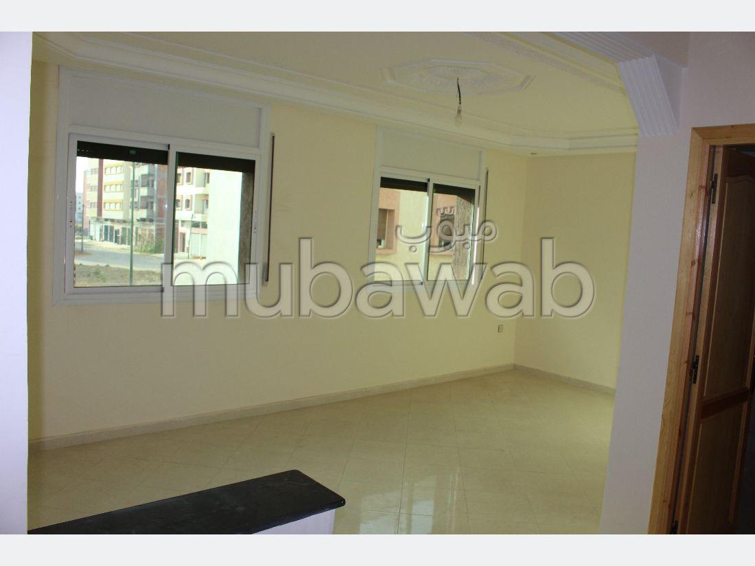 شقة للشراء ب بئر الرامي الشرقية. 2 غرف رائعة. صالة تقليدية ونظام طبق الأقمار الصناعية.