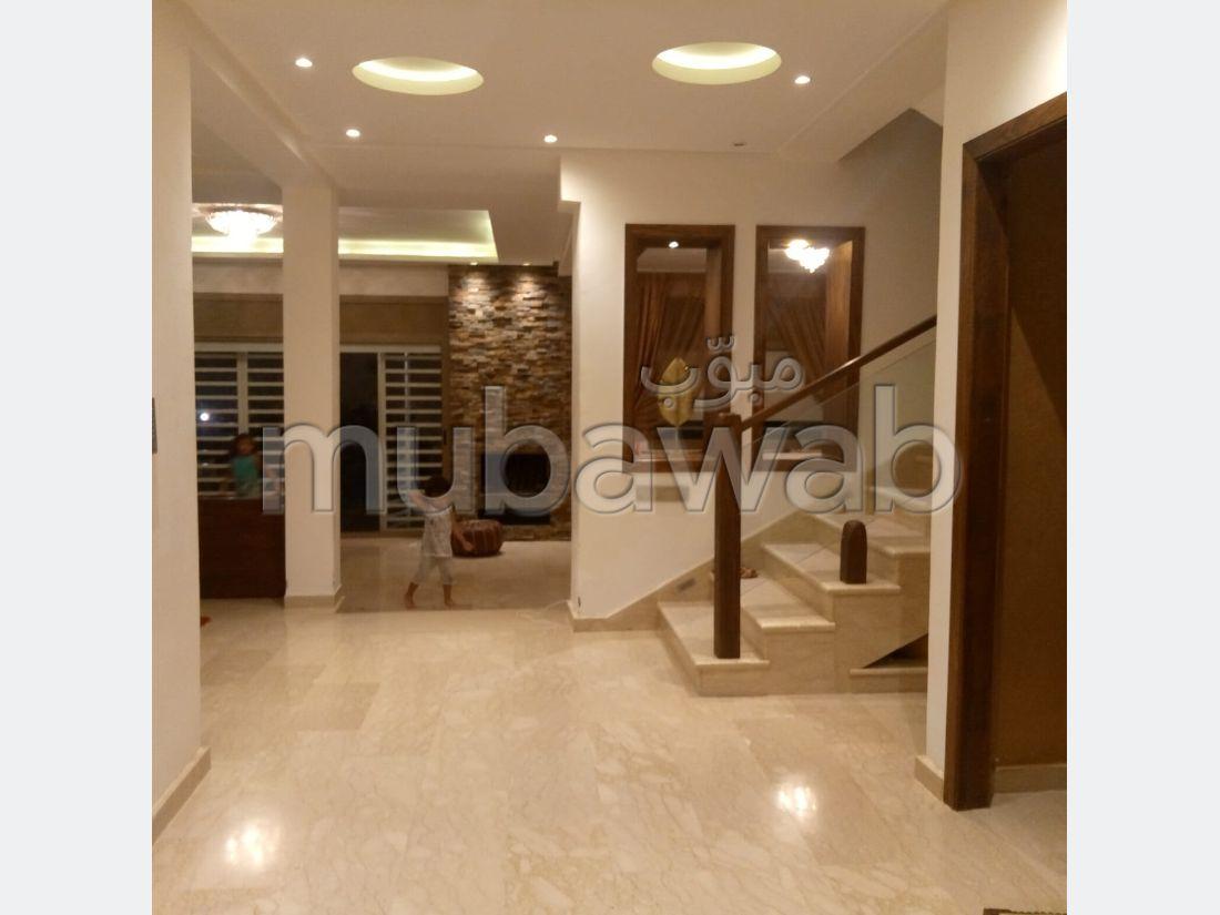 Magnifique villa à vendre à Kénitra. 6 grandes pièces. Places de stationnement et terrasse