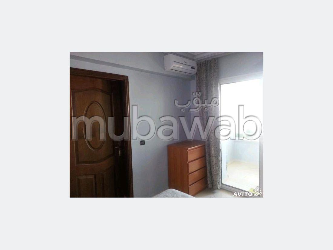 Bel appartement à vendre à Hay Arrahma. 3 belles chambres. Salon traditionnel et système d'antenne parabolique.