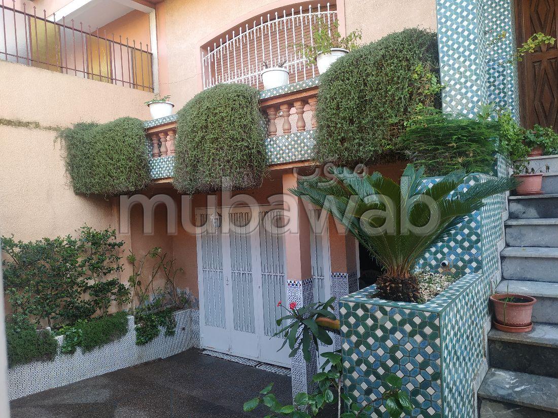 Villa de luxe à vendre à Hay Chrifa. 1 belle chambre. Garage et terrasse.