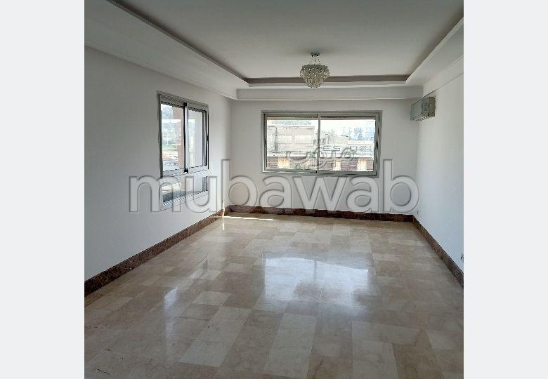 Location d'un appartement à Mohammedia. Surface de 96 m². Cheminée et concierge