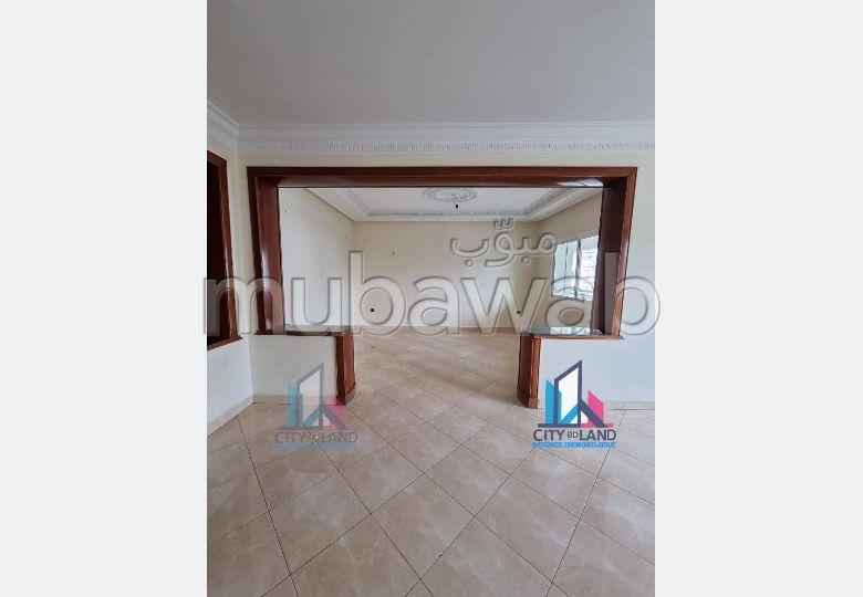 شقة للكراء ب ايبرية. المساحة الإجمالية 200 م². مصعد وشرفة.