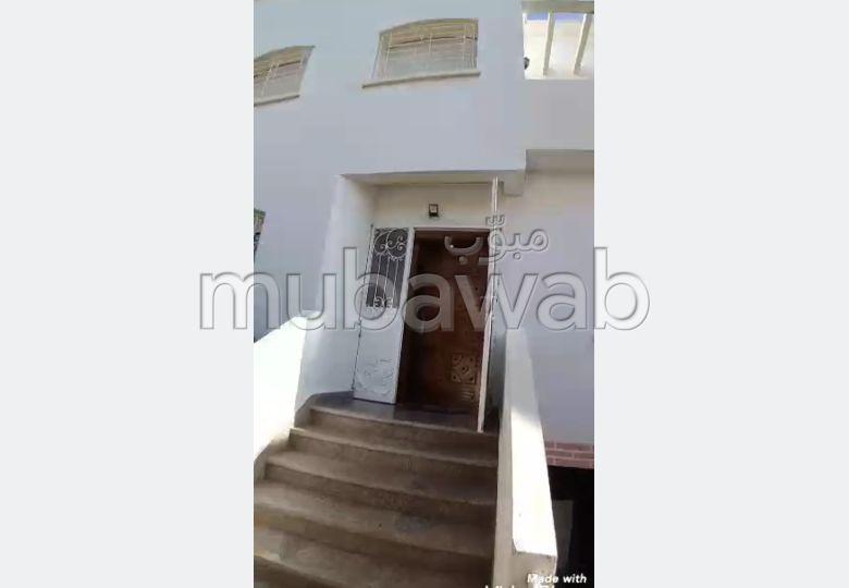 Maison de haut standing à vendre à Kénitra. 3 chambres. Parking et jardin