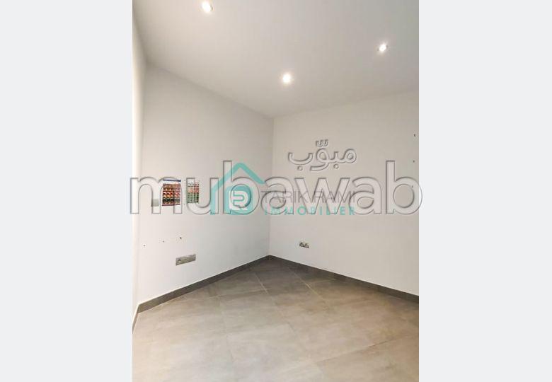 مكاتب ومحلات للإيجار ب ايبرية. المساحة الكلية 378 م².