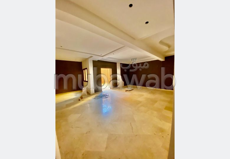 Apartment for rent in Sanaoubar. Surface area 100 m². No Lift, Balcony.