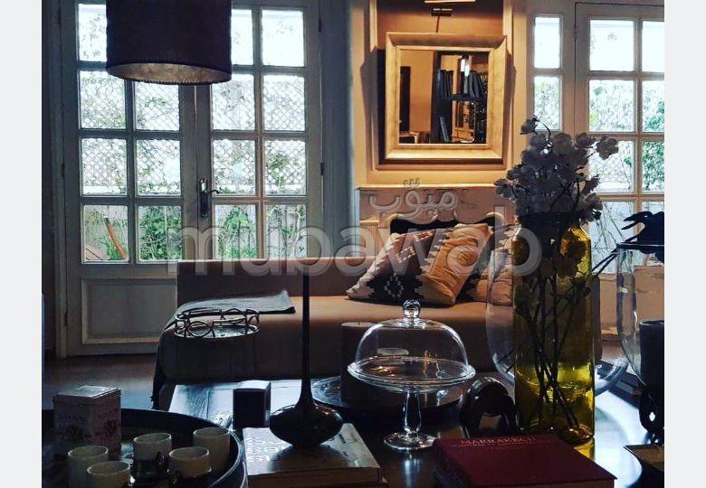 شقة للكراء براسين. المساحة الكلية 180 م². شرفة مشرقة.