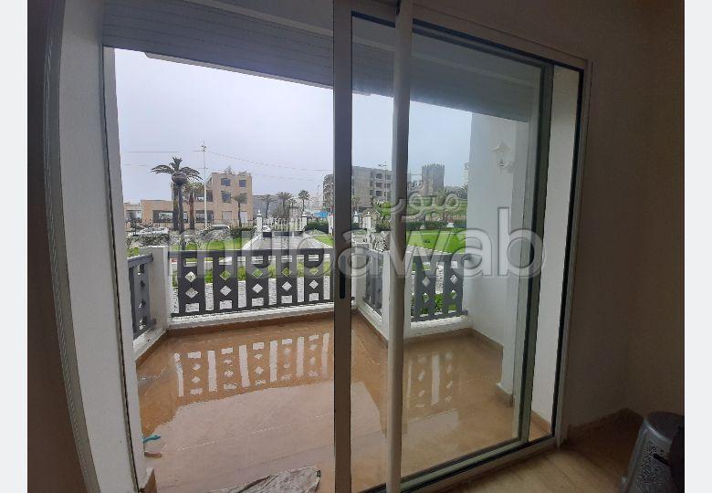 استئجار شقة بحـي الشاطئ. 2 غرف ممتازة. صالة مغربية تقليدية وباب متين.