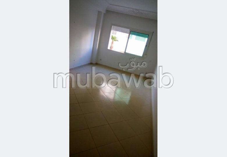 شقة رائعة للإيجار بملابطا. المساحة 85 م². بواب.
