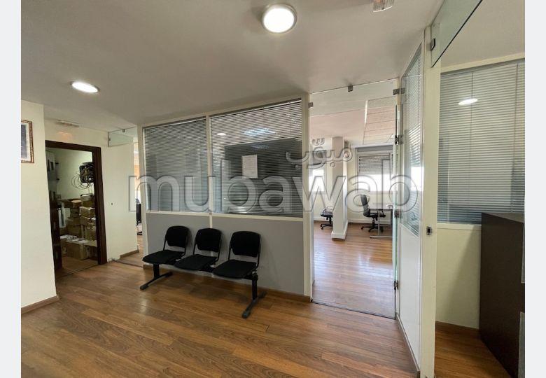 Oficinas en alquiler en Gauthier. Pequeña superficie 129 m². Armarios.