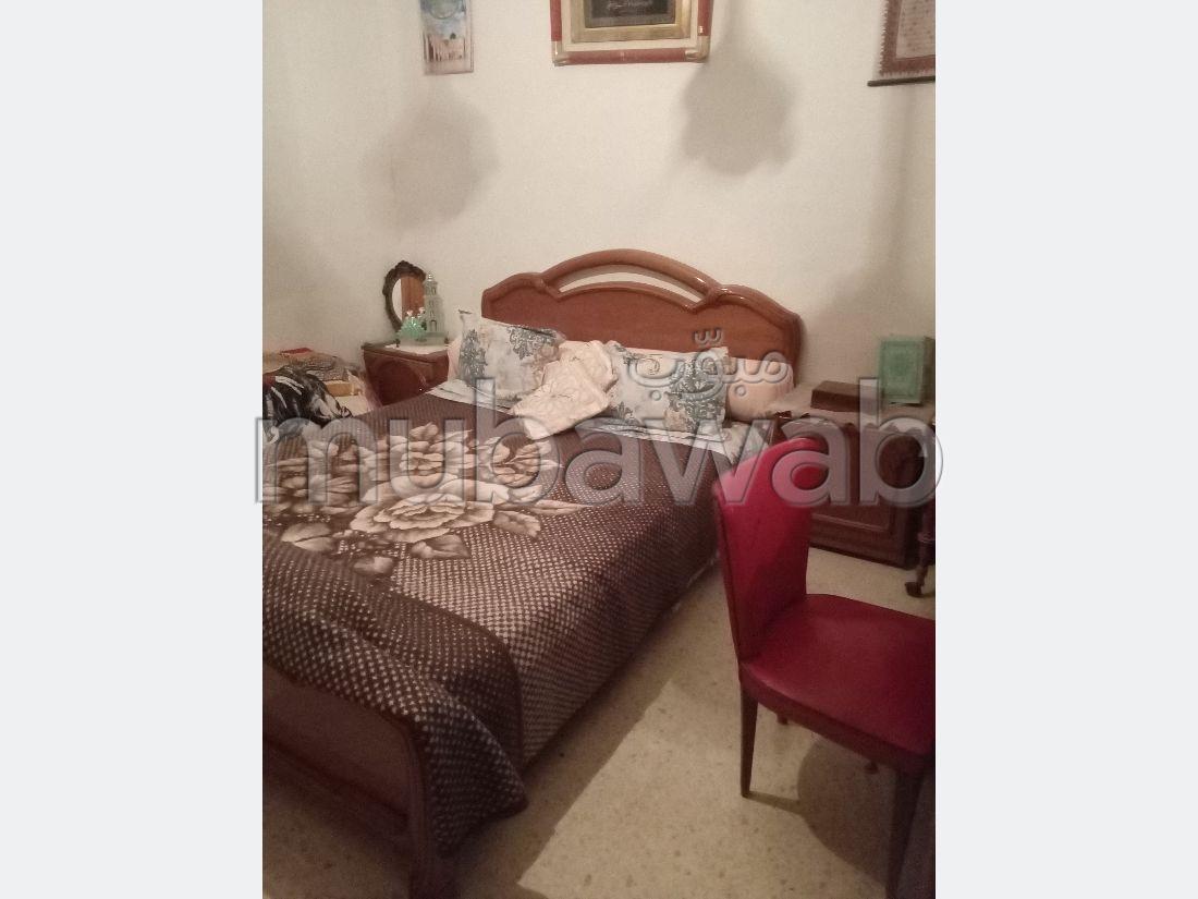 Bel appartement en location. Surface totale 98 m². Meublé