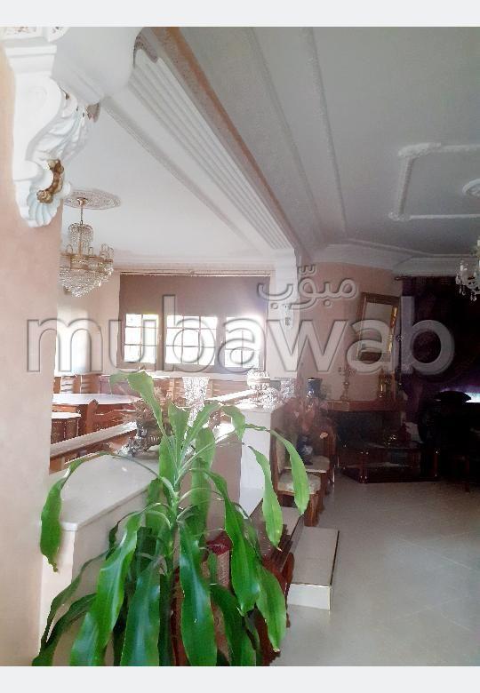 Magnifique villa à vendre à Kénitra. Surface totale 379 m². Terrasse et jardin