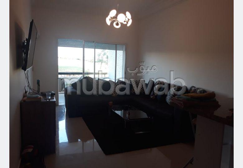 شقة جميلة للكراء ب الطريق الوطنية اصيلة (N1). 1 غرفة جيدة. إقامة بالبواب ، ومكيف هوائي.
