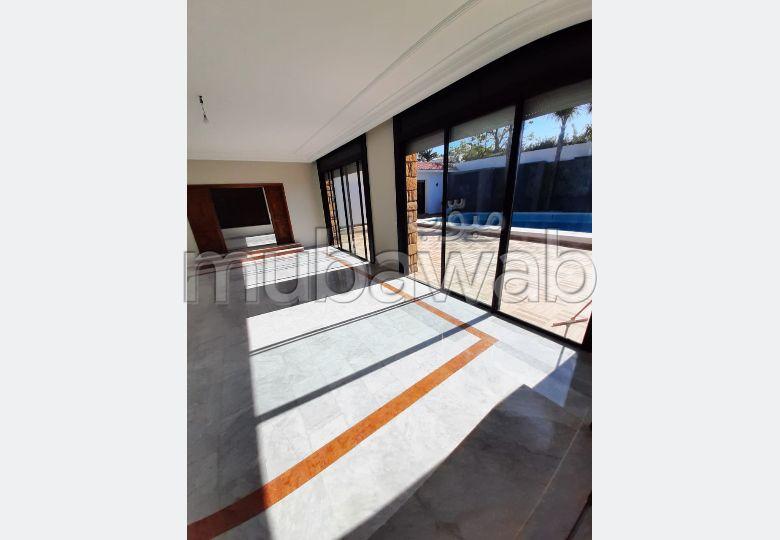 منزل ممتاز للبيع بغوثي. المساحة الكلية 160 م². بواب ومكيف الهواء.