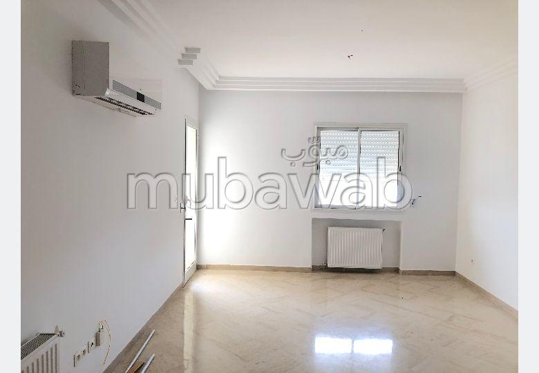 Bel appartement en location. 3 chambres agréables. Résidence avec concierge, climatisation générale