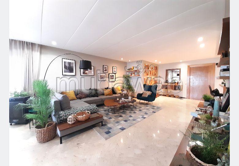 Se alquila este piso. 2 dormitorios. Salón con decoración marroquí, sistema de parábola general.