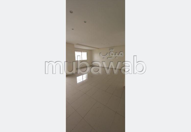 شقة جميلة للبيع بوسط المدينة. المساحة الكلية 122 م². بواب ومكيف الهواء.