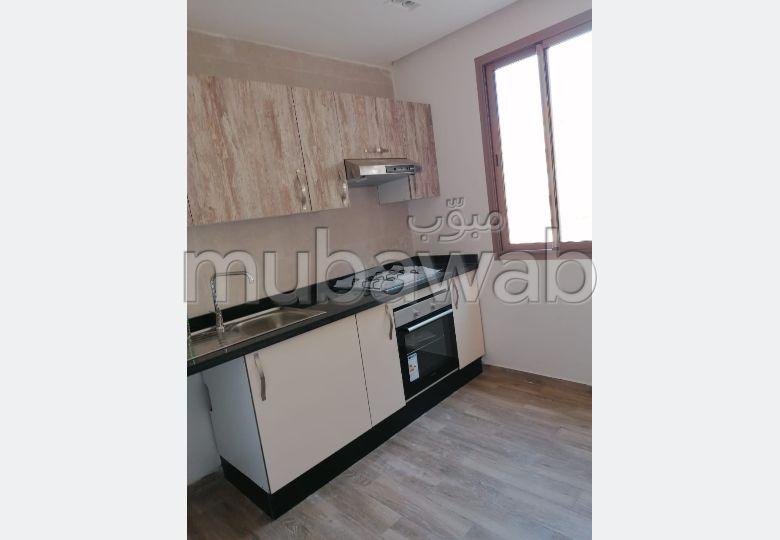 شقة للإيجار بكليز. المساحة الكلية 87 م². نوافذ مع زجاج مزدوج وباب آمن.