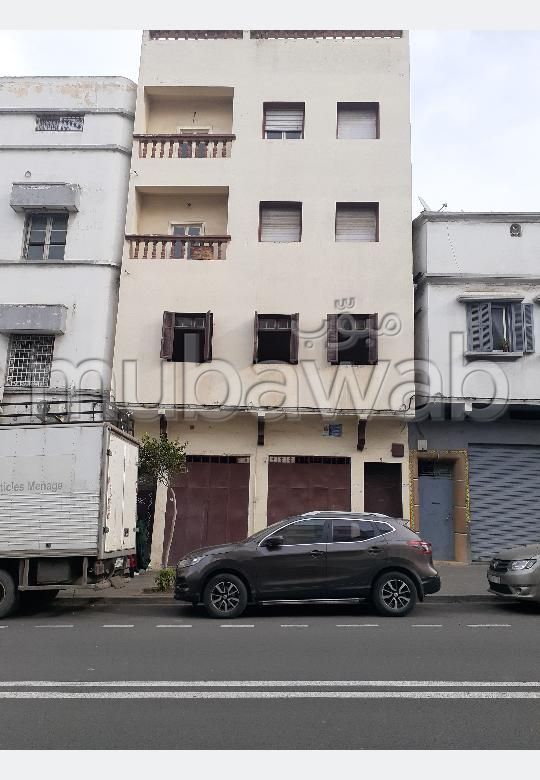 Find your house to buy in Derb Friha. 10 Toilet. Parking spaces and terrace.