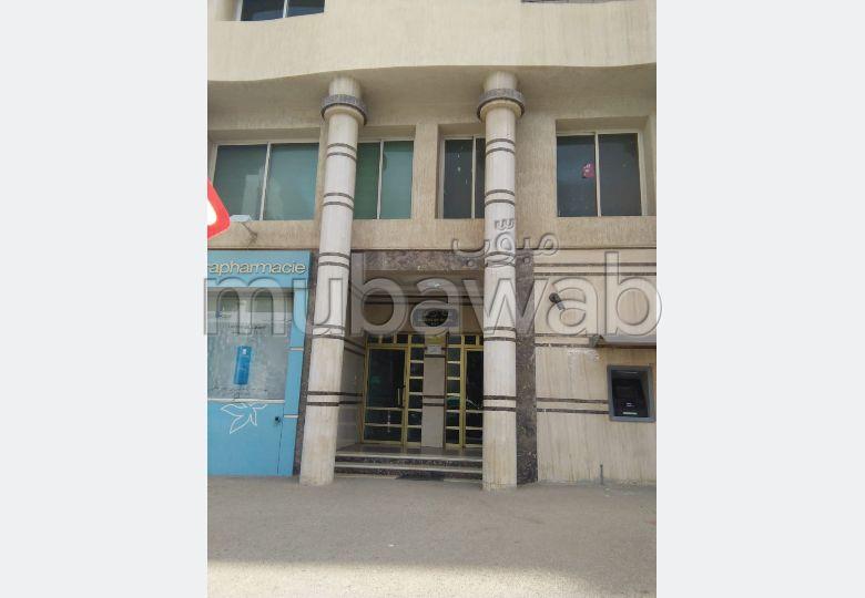 بيع شقة بوسط المدينة. المساحة الكلية 160 م². شرفة ومصعد.