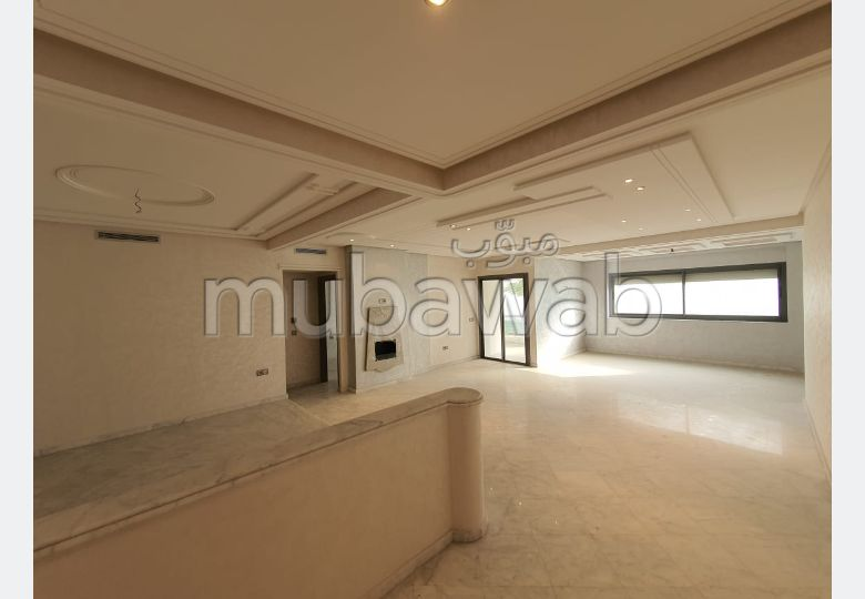 Rent an apartment in Centre. 5 Halls. Garage and terrace.