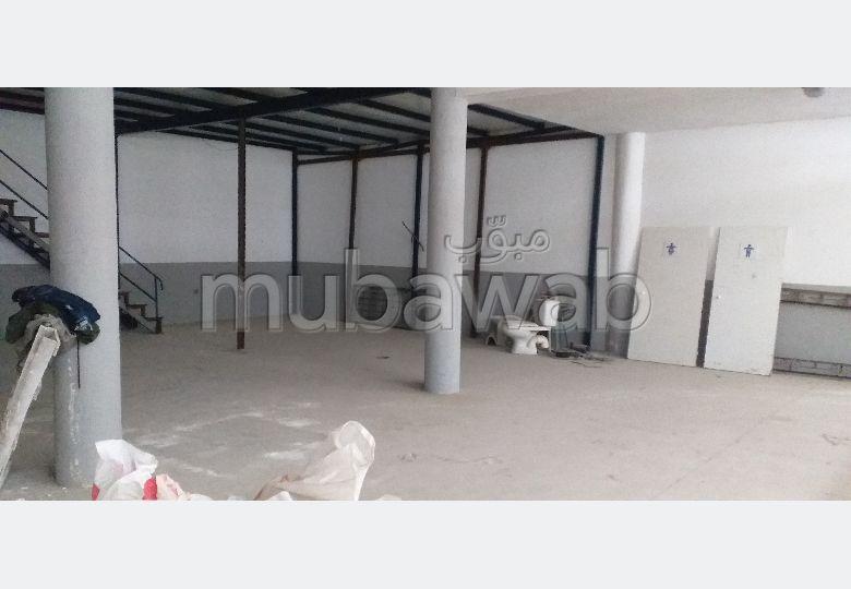 Oficinas y locales comerciales en alquiler en Marjane. Superficie 300 m². Plazas de parking y terraza.
