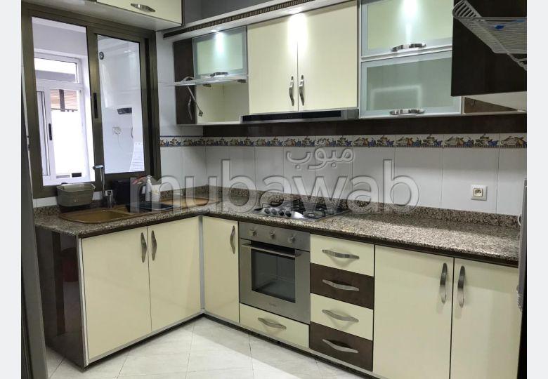 Se alquila este piso en Administratif. Gran superficie 130 m². Ascensor y garaje.