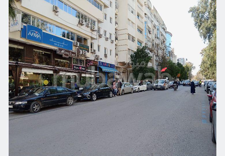 Se vende piso en Nouvelle Ville. Pequeña superficie 220 m². Parking y ascensor.