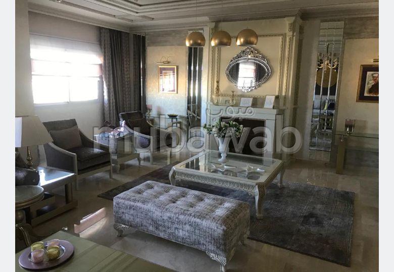 شقة للشراء ب حي الغولف. 3 غرف ممتازة. صالة مغربية تقليدية وباب متين.