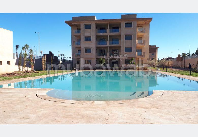 شقة للشراء بطريق اوريكا. المساحة 100 م². حديقة وشرفة.