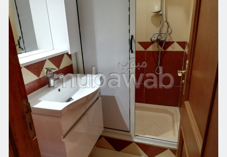 شقة رائعة للإيجار بكليز. 2 غرف. باب متين ونظام الزجاج المزدوج.