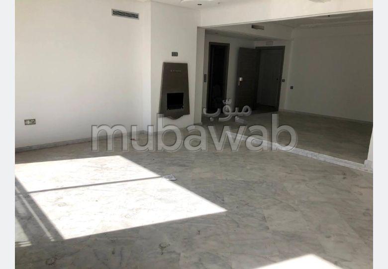 Precioso piso en alquiler en Centre. 2 Habitacion grande. Chimenea y aire condicionado.