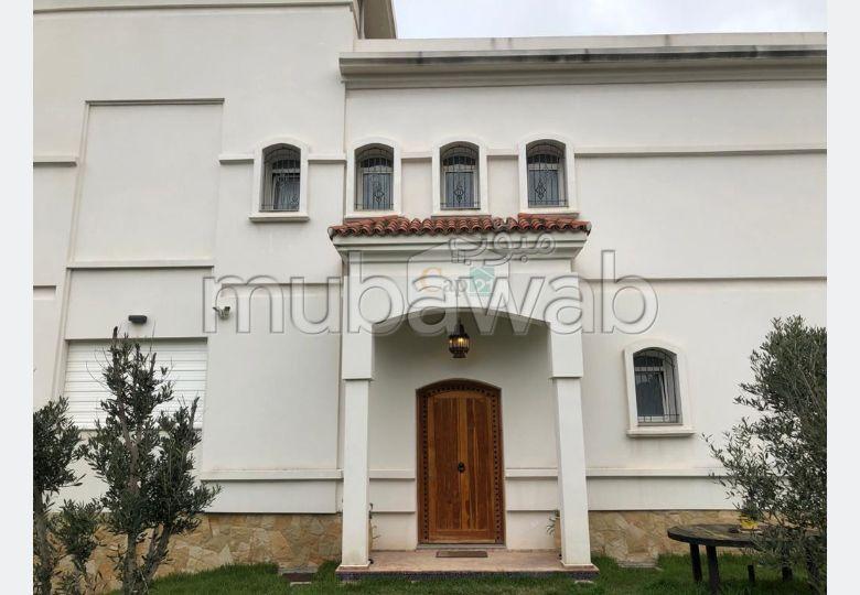 Villa de haut standing à louer à Tanger. Surface de 557 m². Meublée