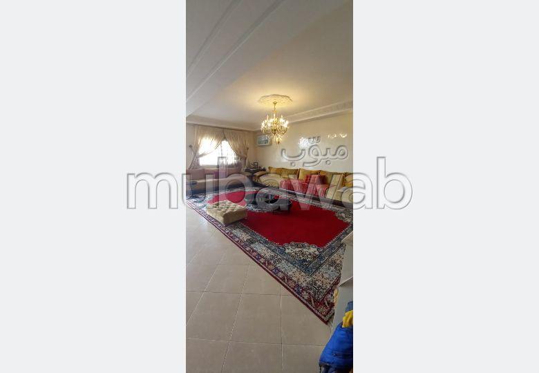 شقة رائعة للبيع بوسط المدينة. 3 غرف جميلة. المدفأة وحارس الإقامة.
