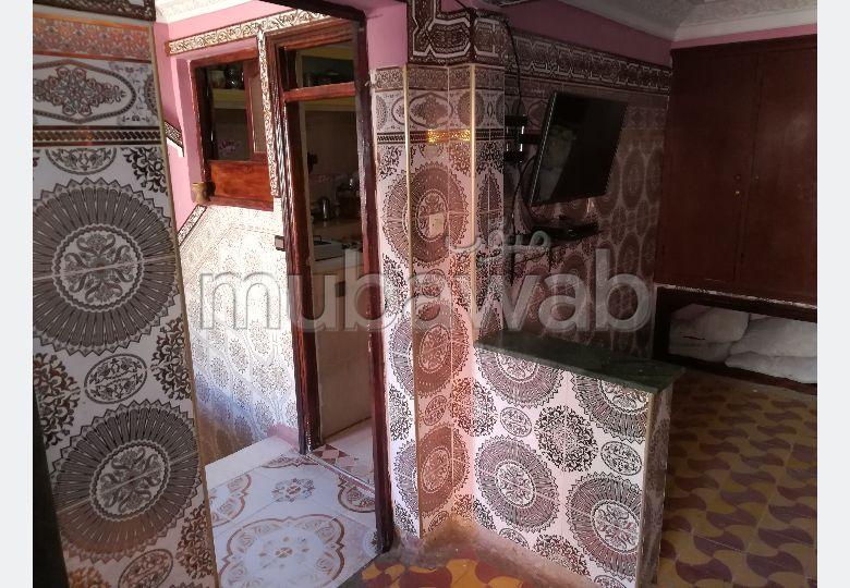 Maison à acheter à Sidi Youssef. 3 pièces confortables. Système de parabole et salon marocain.