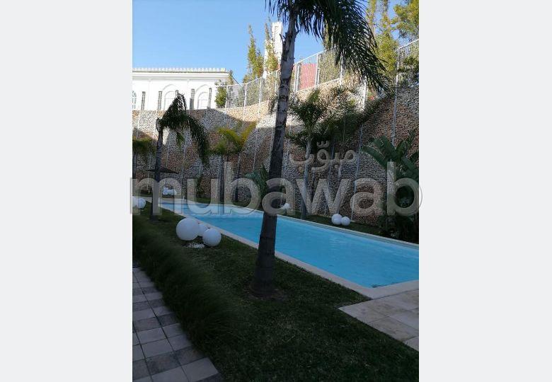 شقة رائعة للايجار بحـي الشاطئ. 3 غرف جميلة. خدمة البواب ، حمام سباحة جميل.